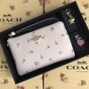 SET ของขวัญ กระเป๋าสตางค์ COACH รุ่น BOXED CORNER ZIP WRISTLET WITH DITSY DAISY PRINT AND CHARMS : WHITE