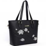 [ พร้อมส่ง ] - กระเป๋าสะพายไหล่แฟชั่น สีดำคลาสสิค ปักลายดอกไม้ตกแต่งน่ารักๆ ทรง Shopping Bag ดีไซน์สวยเรียบหรู ดูดี งานหนังคุณภาพ ช่องใส่ของเยอะ