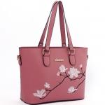 [ Pre-Order ] - กระเป๋าสะพายไหล่แฟชั่น สีชมพู ปักลายดอกไม้ตกแต่งน่ารักๆ ทรง Shopping Bag ดีไซน์สวยเรียบหรู ดูดี งานหนังคุณภาพ ช่องใส่ของเยอะ
