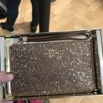 กระเป๋าสตางค์คล้องแขนในกล่องของขวัญ