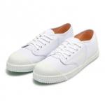 รองเท้าผ้าใบสีขาว