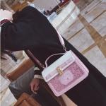 [ พร้อมส่ง ] - กระเป๋าถือ/สะพาย สีชมพู ดีไซน์สวยน่ารัก ฟรุ้งฟริ้ง ใบกลางๆ ตกแต่งแม่กุญแจเก๋ๆ งานสวยไม่เหมือนใคร