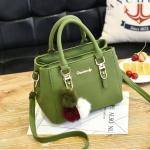 [ พร้อมส่ง ] - กระเป๋าแฟชั่น ถือ/สะพาย สีเขียว ขนาดกระทัดรัดทรงตั้งได้ ดีไซน์สวยเรียบหรู ดูดี งานหนังอัดลายสวยค่ะ + แถมฟรีปอมๆ