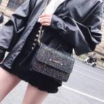 [ พร้อมส่ง ] - กระเป๋าแฟชั่น คลัทช์/สะพาย สีดำรุ้งวิ้งค์ๆ ทรงกล่องสี่เหลี่ยม ขนาดกระทัดรัด ดีไซน์สวยเรียบหรู ดูดี งานสวยค่ะ