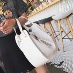 [ Pre-Order Hi-End ] - กระเป๋าแฟชั่นเท่ๆ ถือ/สะพาย สีขาว ขนาดกลางเหมาะสำหรับพกพา ดีไซน์สวยเก๋ ดูดี งานหนังคุณภาพ