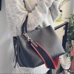 [ Pre-Order Hi-End ] - กระเป๋าแฟชั่น ถือ/สะพาย สีดำคลาสสิค ขนาดกลางเหมาะสำหรับพกพา ดีไซน์สวยเก๋ ดูดี งานหนังคุณภาพ ช่องใส่ของเยอะ