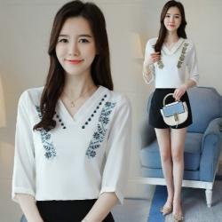 เสื้อเชิ้ตแฟชั่น คอวี สีขาวแต่งลายดอก