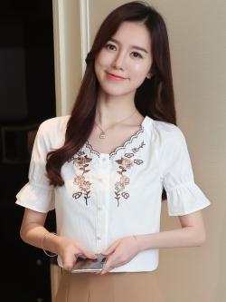 เสื้อแฟชั่น คอวีปักลายดอก แขนสั้นปลายระบาย สีขาว
