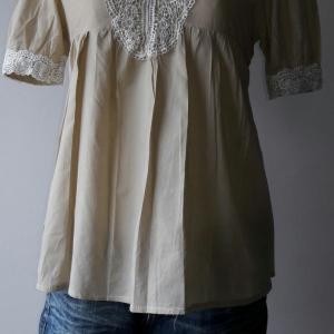 T128: Vintage top เสื้อสีน้ำตาลอ่อน แขนสั้น ติดลูกไม้สีขาว
