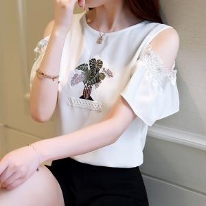 เสื้อแฟชั่น แขนสั้นโชว์ไหล่ แต่งลายปัก สีขาว