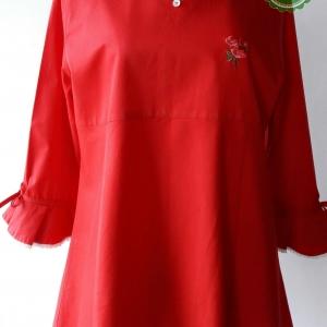 T104:Vintage top เสื้อวินเทจสีแดง คอบัวเดินขอบลูกไม้สีขาว ปักลายดอกกุหลาบที่อก
