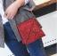 [ พร้อมส่ง ] - กระเป๋าถือ/สะพาย สีแดง วิ้งค์ๆ ขนาดใบเล็กๆ กระทัดรัด ดีไซน์สวยเก๋หัวบิดเปิดกระเป๋า ดูดี งานสวยน่ารักค่ะ thumbnail 2