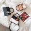 [ พร้อมส่ง ] - กระเป๋าถือ/สะพาย สีทูโทนขาวดำ ทรงกล่องขนาดกระทัดรัด ห้อยป้ายเก๋ๆ ดีไซน์สวยเรียบหรู ดูดี งานหนังคุณภาพดี ช่องใส่ของ 3 ช่อง thumbnail 2