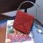 [ พร้อมส่ง ] - กระเป๋าถือ/สะพาย สีแดง วิ้งค์ๆ ขนาดใบเล็กๆ กระทัดรัด ดีไซน์สวยเก๋หัวบิดเปิดกระเป๋า ดูดี งานสวยน่ารักค่ะ thumbnail 3