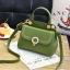 [ พร้อมส่ง ] - กระเป๋าแฟชั่น ถือ/สะพาย สีชาเขียว ขนาดกระทัดรัด ปักหมุดเท่ๆ ทรงตั้งได้ ดีไซน์สวยเก๋ ดูดี งานหนังสวยมากค่ะ thumbnail 1