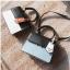 [ พร้อมส่ง ] - กระเป๋าถือ/สะพาย สีทูโทนขาวดำ ทรงกล่องขนาดกระทัดรัด ห้อยป้ายเก๋ๆ ดีไซน์สวยเรียบหรู ดูดี งานหนังคุณภาพดี ช่องใส่ของ 3 ช่อง thumbnail 4