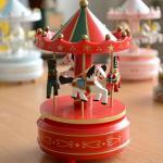 กล่องดนตรีม้าหมุน หมุนได้เป็นแบบไขลานค่ะ (สีแดงเขียว)