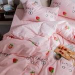ผ้าปูที่นอน ลายจุดสตอเบอร์รี่ พื้นสีชมพู ลายทาง