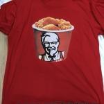 พิมพ์ลาย KFC ลงบนเสื้อยืดสีแดง งานสกรีนเสื้อด่วน ด้วยระบบดิจิตอล คละลายไม่ซ้ำกัน เพียงลูกค้ามีไฟล์ต้นฉบับส่งให้กับเรา เรามีเสื้อยืดพร้อมพิมพ์ไว้บริการ ผ้า cotton 100% เนื้อนุ่ม งานพิมพ์เสื้อคุณภาพดีร้านพิมพ์เสื้อดีๆที่คนแนะนำมากที่สุด นึกถึงเรานะคะ