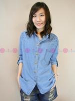 เสื้อเชิ้ตยีนส์สีฟ้า ผ้านิ่มมาก ปักหมุดกลมๆ และดาวๆที่ปกเสื้อและหัวไหล่