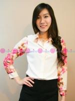 เสื้อเชิ้ตสีออฟไวท์ แต่งปกเสื้อและแขนเสื้อด้วยผ้าลายดอกกุหลาบ
