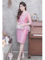 (Size M,L,XL,2XL) ชุดไปงานแต่งงาน ชุดไปงานแต่งสีชมพู ผ้าไหมคอวีเอวระบาย มีดีเทลที่คอแต่งด้วยดอกไม้อย่างดีเป็นงานเย็บด้วยมือ