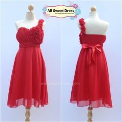 เช่าชุดราตรีเดรสสั้น สีแดงสด สวยเก๋ประดับดอกไม้ผ้าช่วงอกด้านซ้ายเป็นสายคล้องไหล่เดี่ยวสวยเก๋