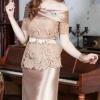 (Size M) ชุดไปงานแต่งงาน ชุดไปงานแต่ง สีทอง Set เสื้อเปิดไหล่ลูกไม้แขนสั้น มาพร้อมกับกระโปรงผ้าไหมสีพื้นอย่างดี มีดีเทลที่ด้านบนของเสื้อกุ๊นผ้าไหมเข้าเซ็ตกับกระโปรง และที่ชายเสื้อตัดตามรอยหยักของลูกไม้ (แถมเข็มขัดโบว์)