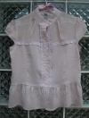 เสื้อสีชมพูอ่อน แขนตุ๊กตาเล็กๆ เย็บลูกไม้ที่คอเสื้อ ใส่แล้วดูเป็นสาวหวานน่ารัก