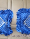 ปลอกหมอนอิงสี่เหลี่ยม ลายตาราง สีน้ำเงิน ดิ้นเงิน โบว์เงิน ติดเลื่อมลายดอกแก้ว มีระบายรอบ ทำจากผ้าต่วน