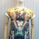 เสื้อ Apizode คอกลม ลายเสือ พื้นสีขาว เหมาะสวมใส่คนเดียว หรือเป็นคู่ก็ดูน่ารัก สวมใส่สบาย ใส่ได้ทั้งชายและหญิง