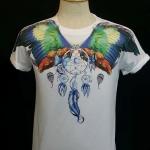 เสื้อ Apizode คอกลม ลายปีกนก พื้นสีขาว เหมาะสวมใส่คนเดียว หรือเป็นคู่ก็ดูน่ารัก สวมใส่สบาย ใส่ได้ทั้งชายและหญิง
