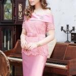 (Size L) ชุดไปงานแต่งงาน ชุดไปงานแต่ง สีชมพู Set เสื้อเปิดไหล่ลูกไม้แขนสั้น มาพร้อมกับกระโปรงผ้าไหมสีพื้นอย่างดี มีดีเทลที่ด้านบนของเสื้อกุ๊นผ้าไหมเข้าเซ็ตกับกระโปรง และที่ชายเสื้อตัดตามรอยหยักของลูกไม้ (แถมเข็มขัดโบว์)