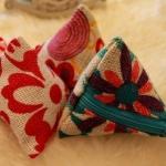 ของชำร่วยกระเป๋าสามเหลี่ยมผ้ากระสอบลายดอกไม้