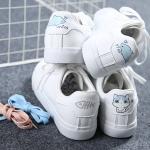 รองเท้าผ้าใบหนังนิ่มสีขาว สกรีนลายแมวและปลา | พร้อมส่ง
