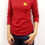 เสื้อยืดแขนยาวสีแดงเบอร์กันดี ปักลายเป็ดเหลือง-พร้อมส่ง