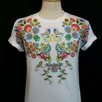 เสื้อ Apizode คอกลม ลายดอกไม้ พื้นสีขาว เหมาะสวมใส่คนเดียว หรือเป็นคู่ก็ดูน่ารัก สวมใส่สบาย ใส่ได้ทั้งชายและหญิง