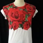 เสื้อ Apizode ลายกุหลาบ คอกลม พื้นสีขาว ลายกุหลาบแดง เหมาะสวมใส่คนเดียว หรือเป็นคู่ก็ดูน่ารัก