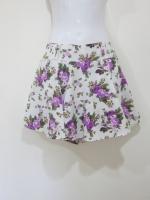 (สีม่วง) กางเกงกระโปรง กางเกงใส่เที่ยว พื้นที่ขาว ลายดอกไม้ สีม่วง สวย ดูดี (ใหม่ พร้อมส่ง) LadyShop4U