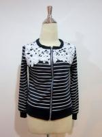 (สีกรมท่า)เสื้อคลุมลำลองใส่เที่ยวน่ารักเกาหลี เสื้อเป็นผ้าคอตตอนสีกรมท่าลายขวางสลับสีขาว คอกลม แขนยาว ช่วงคอเย็บติดผ้าลูกไม้ ซิบหน้า จั๊มแขน จั๊มเอว ดูดี (ใหม่ พร้อมส่ง) ร้าน LadyShop4U