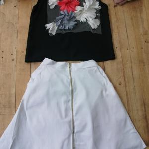 T2308 เสื้อสีดำแขนกุดแต่งดอกไม้แบบสามมิติ กระโปรงสีขาวทรงเอเนื้อผ้าเวสป๊อยอย่างหนา