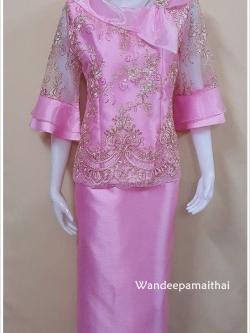 ชุดผ้าไหมอิตาลี ด้านหน้าแต่งด้วยลูกไม้เลื่อมสวยมาก ปกผ้าแก้วพร้อมเข็มกลัด แขนสามส่วน สีชมพูเสื้อ+กระโปรงยาว เบอร์ XL