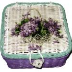 กล่องเก็บของทำจากหวาย ฝากระดุม ลายช่อดอกไม้ม่วงในกระเช้า